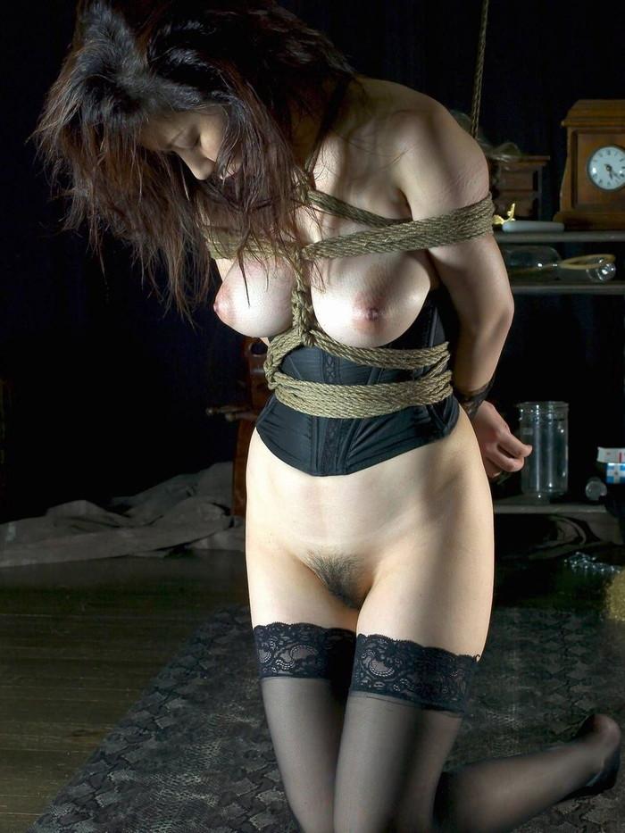 【SM緊縛エロ画像】拘束されて自由を奪われた女性の姿に思わずムラムラ…。 16