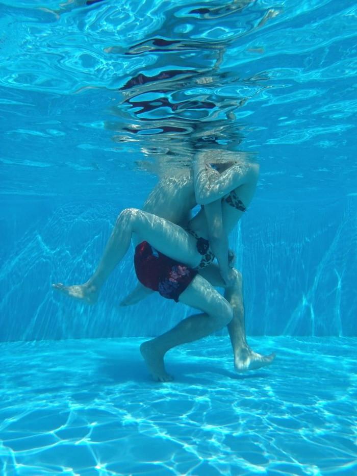 【水中エロ画像】まさか水中がこんな事に!?水中でエロい事している女の子! 05