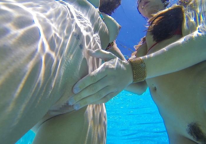 【水中エロ画像】まさか水中がこんな事に!?水中でエロい事している女の子! 15