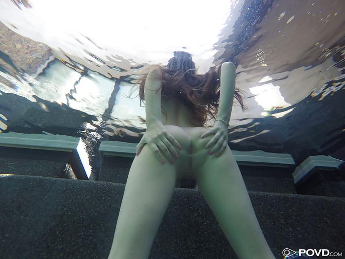 【水中エロ画像】まさか水中がこんな事に!?水中でエロい事している女の子! 16