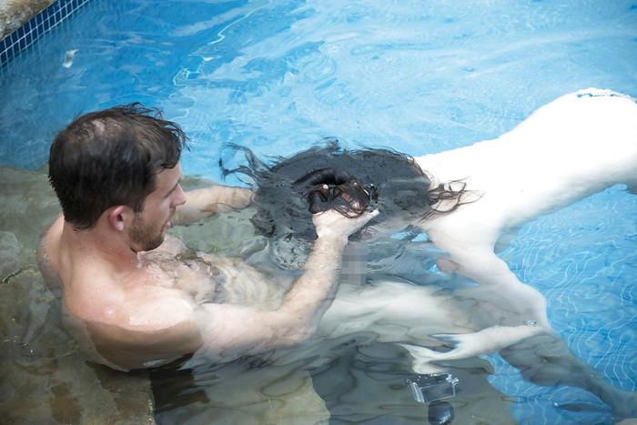 【水中エロ画像】まさか水中がこんな事に!?水中でエロい事している女の子! 17