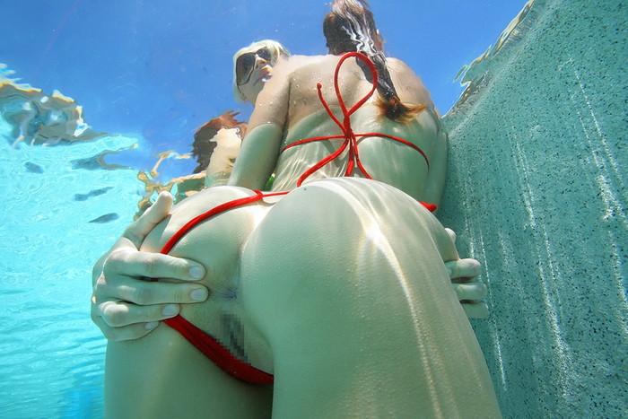 【水中エロ画像】まさか水中がこんな事に!?水中でエロい事している女の子! 24