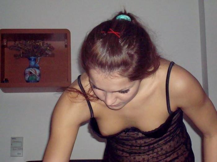 【胸チラエロ画像】海外美女たちの乳首みーつけた!緩んだ胸元からチラリ! 12