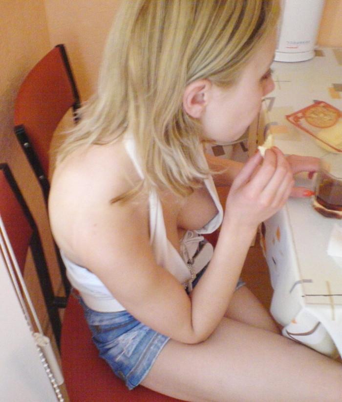 【胸チラエロ画像】海外美女たちの乳首みーつけた!緩んだ胸元からチラリ! 18