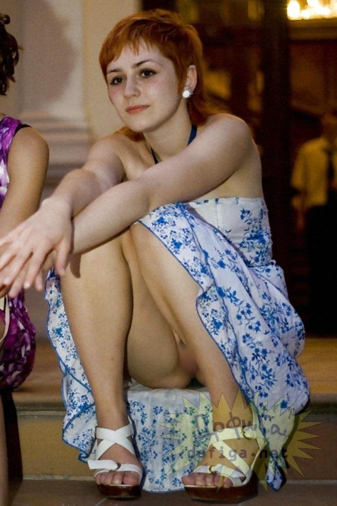 【海外ノーパンエロ画像】まさかのノーパン!海外美女たちのパンチラならぬマンチラww 24