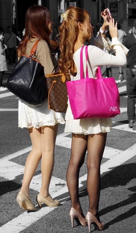 【素人美脚エロ画像】街中を歩く素人娘たちの美味しそうな美脚に妄想大爆発!?w 23
