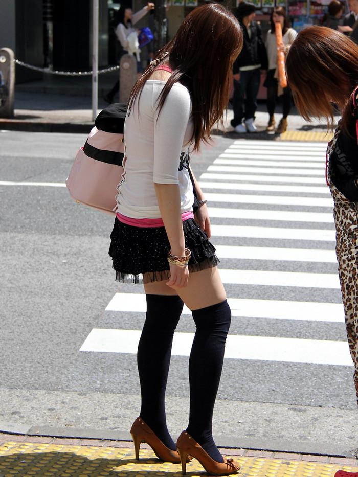 【素人美脚エロ画像】街中を歩く素人娘たちの美味しそうな美脚に妄想大爆発!?w 25