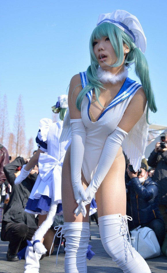【コスプレエロ画像】過激な衣装で大衆の前に立つコスプレイヤーたち! 02