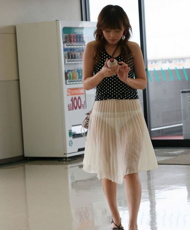 【透けパンエロ画像】街中を歩いていてパンツが透けている事に気づかない女! 08