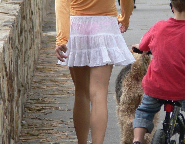 【透けパンエロ画像】街中を歩いていてパンツが透けている事に気づかない女! 09