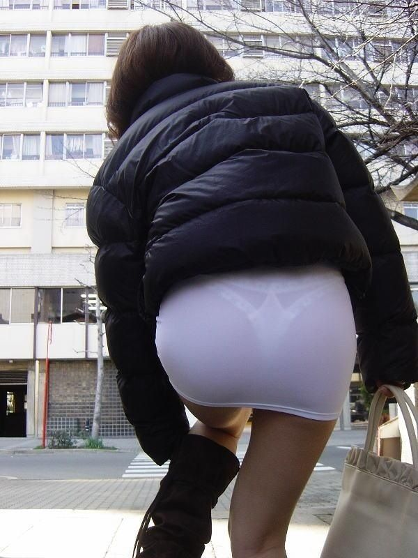 【透けパンエロ画像】街中を歩いていてパンツが透けている事に気づかない女! 12