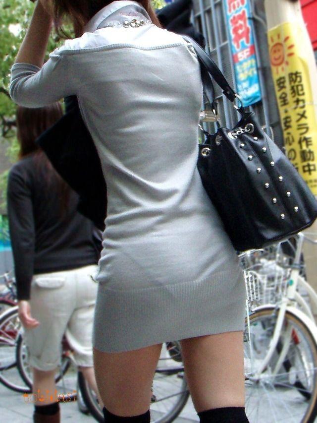 【透けパンエロ画像】街中を歩いていてパンツが透けている事に気づかない女! 14