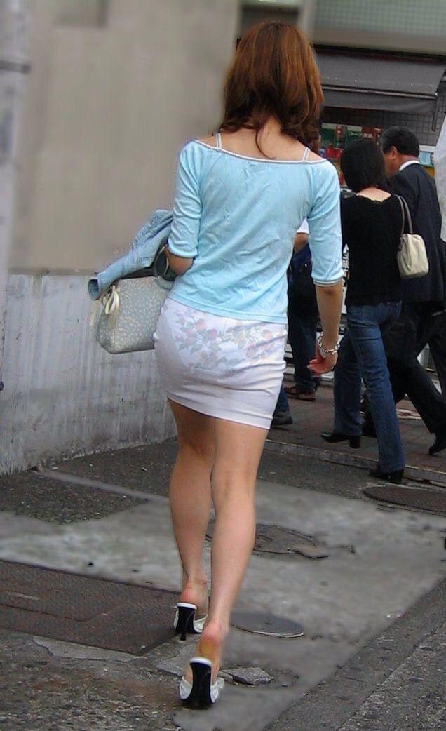 【透けパンエロ画像】街中を歩いていてパンツが透けている事に気づかない女! 15
