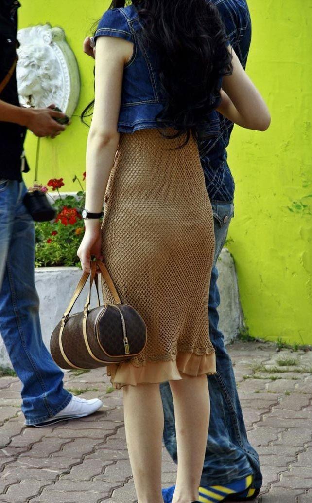 【透けパンエロ画像】街中を歩いていてパンツが透けている事に気づかない女! 22