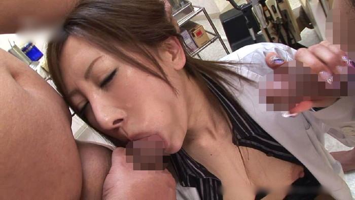 【Wフェラエロ画像】性欲旺盛!貪欲に2本のチンポを同時にフェラする女の子! 07