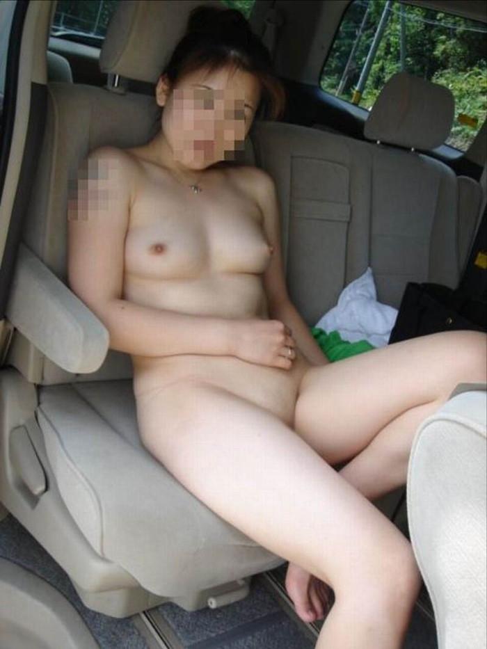 【車内露出エロ画像】車の中で露出プレイ!素人娘たちの車内での破廉恥露出! 14