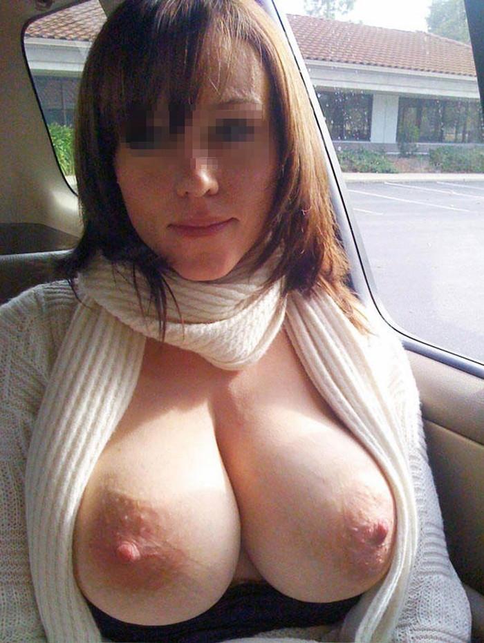 【車内露出エロ画像】車の中で露出プレイ!素人娘たちの車内での破廉恥露出! 27