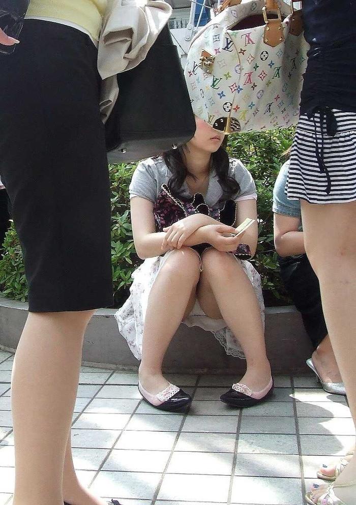 【街撮りパンチラエロ画像】街中で油断している女の子のパンチラ狙ってみたww 02