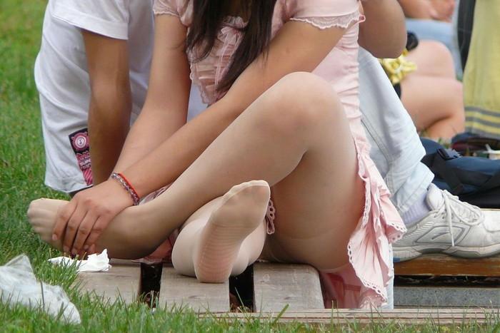 【街撮りパンチラエロ画像】街中で油断している女の子のパンチラ狙ってみたww 03