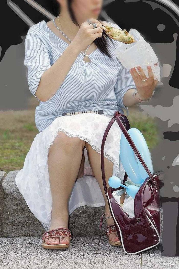 【街撮りパンチラエロ画像】街中で油断している女の子のパンチラ狙ってみたww 04