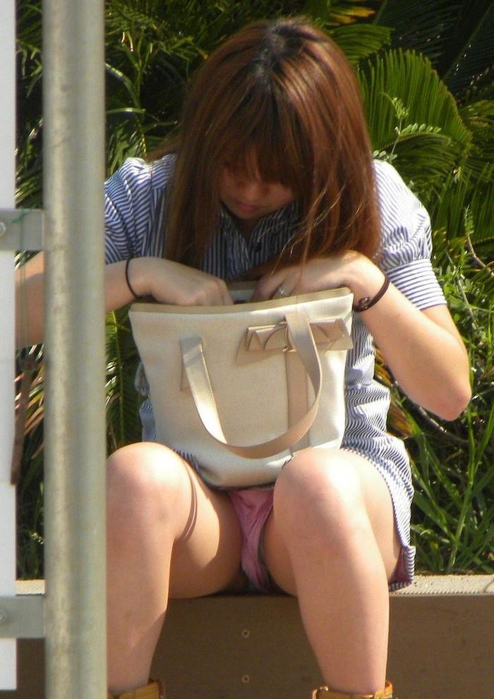 【街撮りパンチラエロ画像】街中で油断している女の子のパンチラ狙ってみたww 05