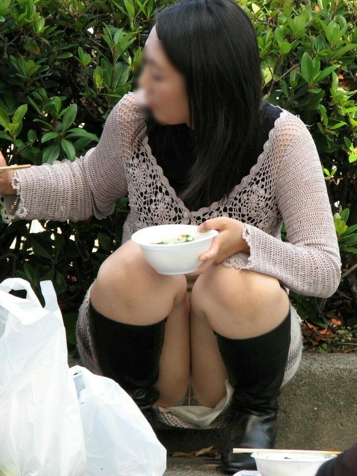 【街撮りパンチラエロ画像】街中で油断している女の子のパンチラ狙ってみたww 06