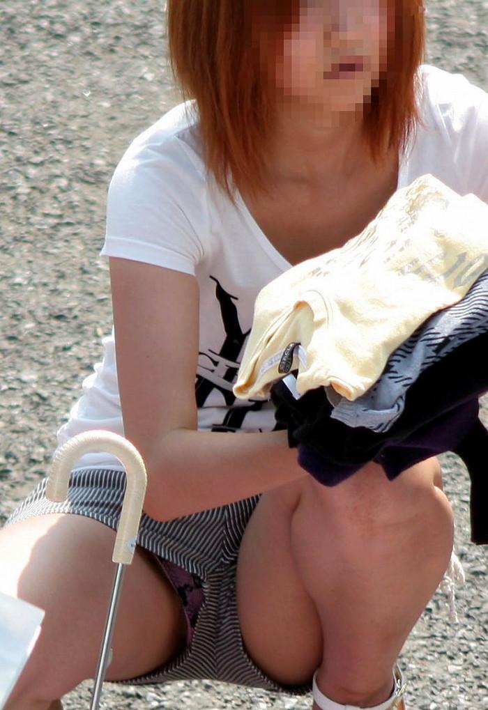 【街撮りパンチラエロ画像】街中で油断している女の子のパンチラ狙ってみたww 09