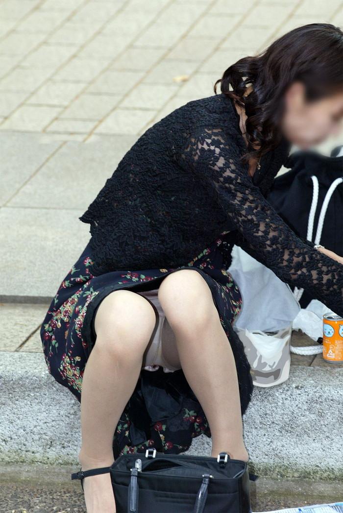 【街撮りパンチラエロ画像】街中で油断している女の子のパンチラ狙ってみたww 10