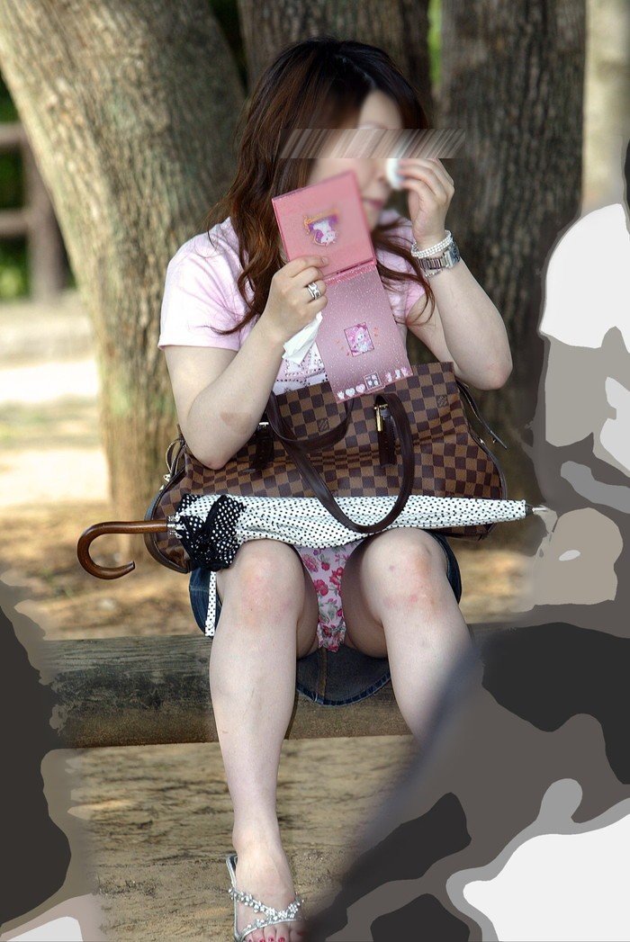 【街撮りパンチラエロ画像】街中で油断している女の子のパンチラ狙ってみたww 11