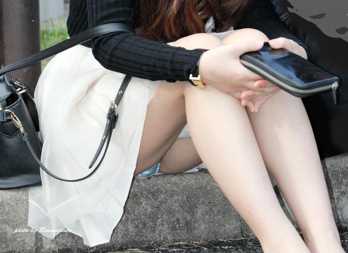 【街撮りパンチラエロ画像】街中で油断している女の子のパンチラ狙ってみたww 12