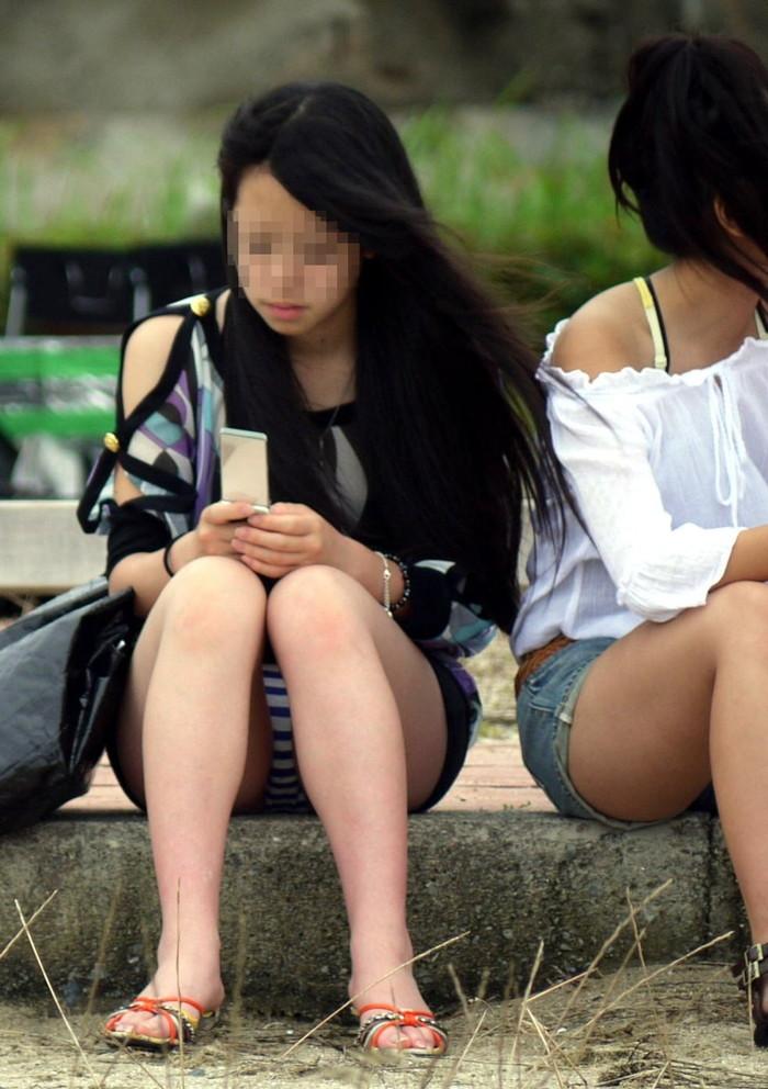 【街撮りパンチラエロ画像】街中で油断している女の子のパンチラ狙ってみたww 14