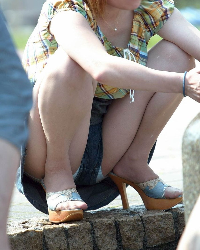 【街撮りパンチラエロ画像】街中で油断している女の子のパンチラ狙ってみたww 16