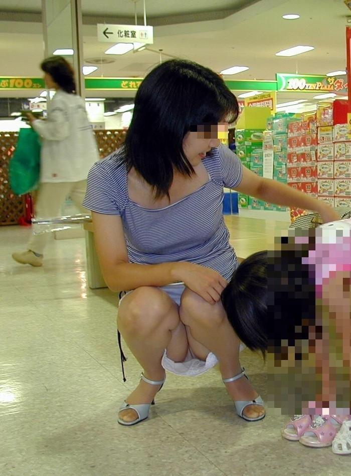 【街撮りパンチラエロ画像】街中で油断している女の子のパンチラ狙ってみたww 18