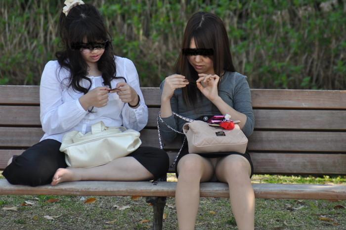 【街撮りパンチラエロ画像】街中で油断している女の子のパンチラ狙ってみたww 19