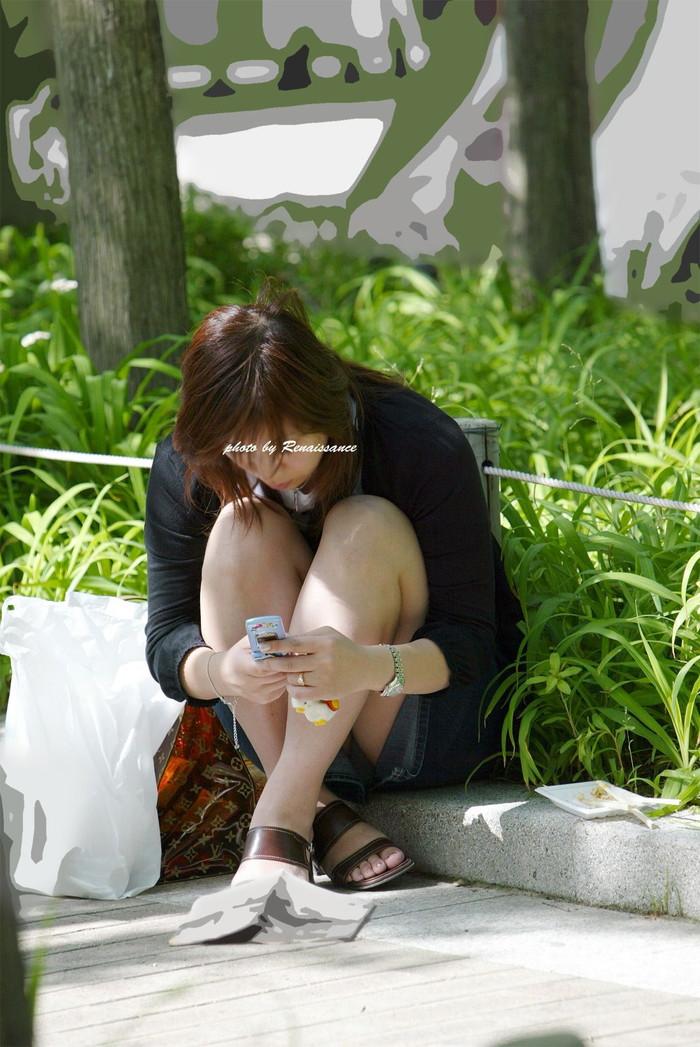 【街撮りパンチラエロ画像】街中で油断している女の子のパンチラ狙ってみたww 20