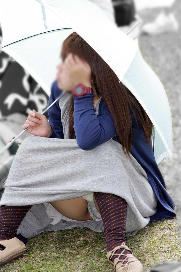 【街撮りパンチラエロ画像】街中で油断している女の子のパンチラ狙ってみたww 21