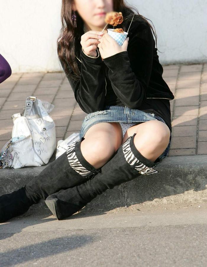 【街撮りパンチラエロ画像】街中で油断している女の子のパンチラ狙ってみたww 24
