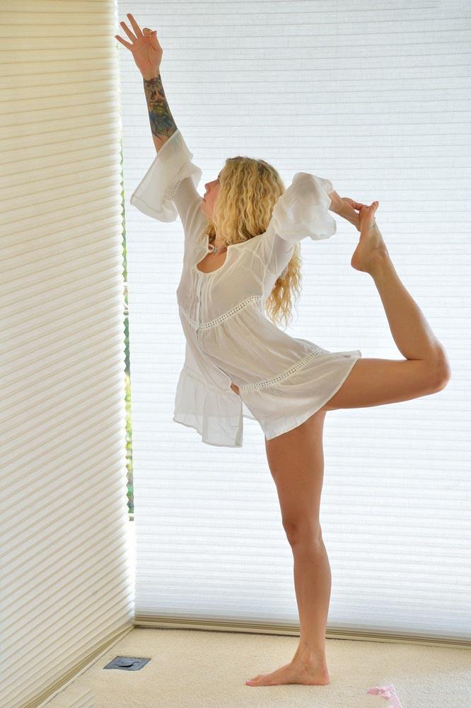 【海外シースルーエロ画像】シースルーで海外美女のグラマーな身体がスケスケ! 17