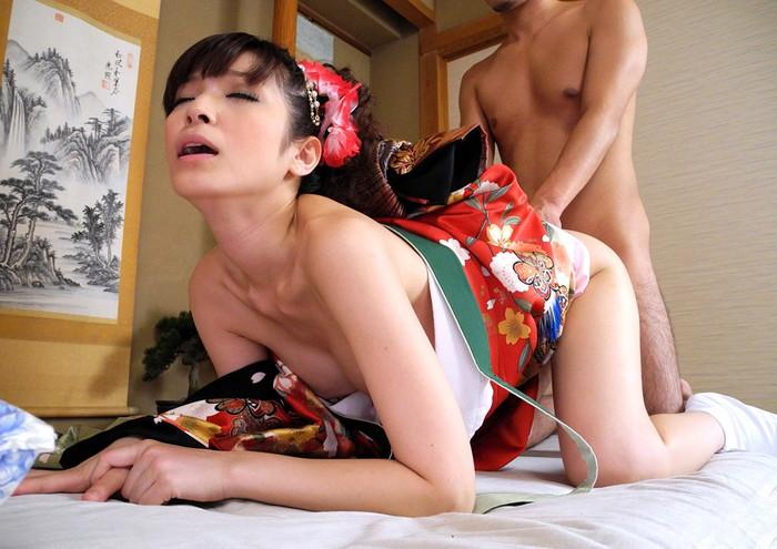 【着物エロ画像】和服姿の妖艶な雰囲気のお姉さまとあんな事!こんな事!?w 11