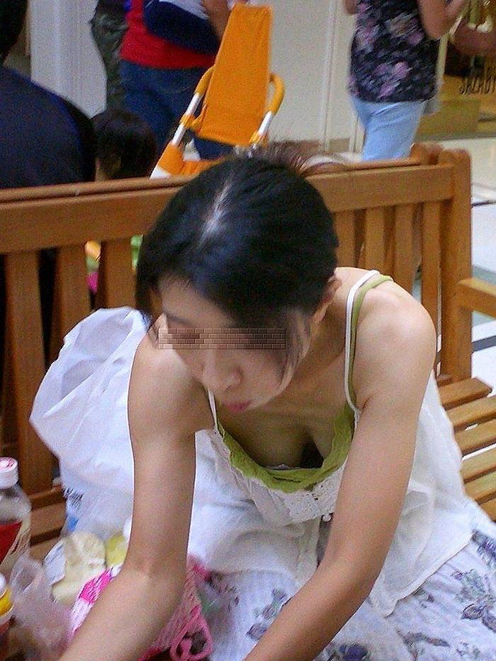 【素人胸チラエロ画像】素人娘たちの胸元を狙った素人胸チラショット! 08