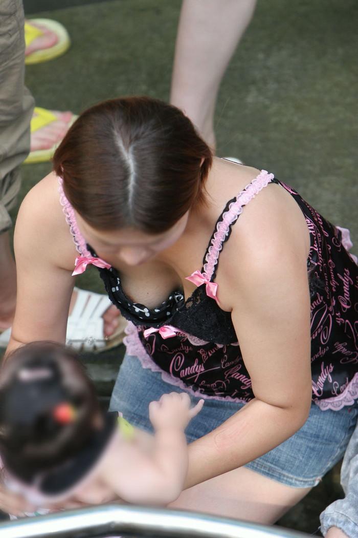 【素人胸チラエロ画像】素人娘たちの胸元を狙った素人胸チラショット! 10