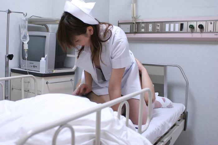 【ナースコスプレエロ画像】こんなナースが居る病院なら足を折ってでも入院したい!ww 17