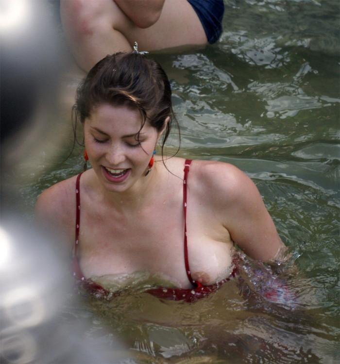 【海外水着ハプニングエロ画像】見えた!海外美女のおっぱいやオマンコ!www 03