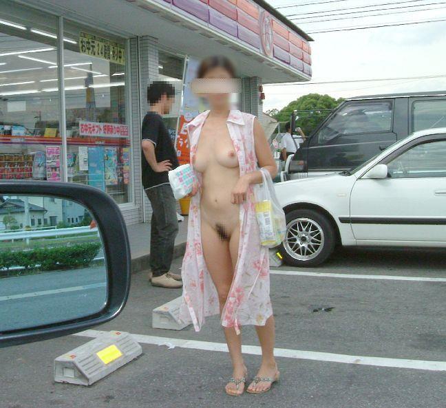 【野外露出エロ画像】公共の場で平然と露出してしまう素人たちの破廉恥画像 16