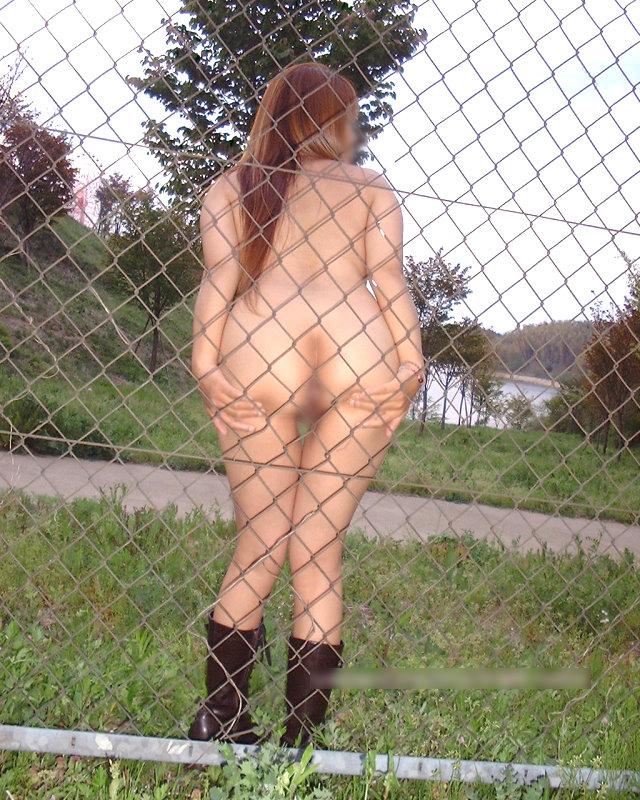 【野外露出エロ画像】公共の場で平然と露出してしまう素人たちの破廉恥画像 24