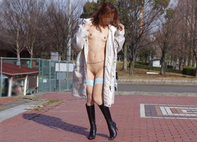 【野外露出エロ画像】公共の場で平然と露出してしまう素人たちの破廉恥画像 26