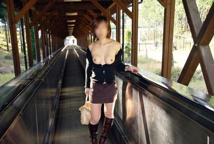 【野外露出エロ画像】公共の場で平然と露出してしまう素人たちの破廉恥画像 28