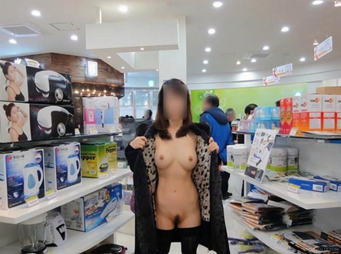 【店内露出エロ画像】営業中の店内で露出とか正気とは思えないwww 04