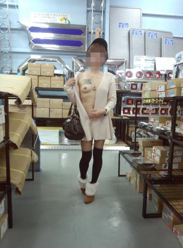【店内露出エロ画像】営業中の店内で露出とか正気とは思えないwww 21