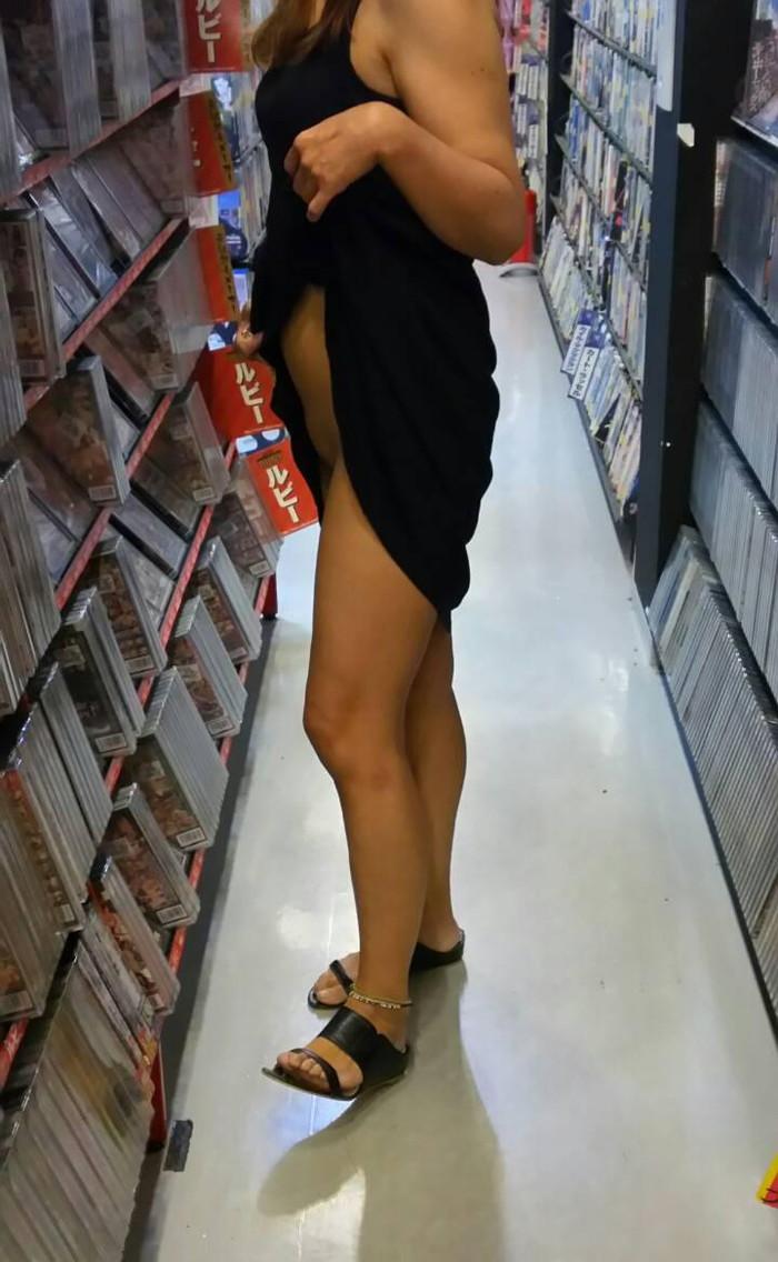 【店内露出エロ画像】営業中の店内で露出とか正気とは思えないwww 22